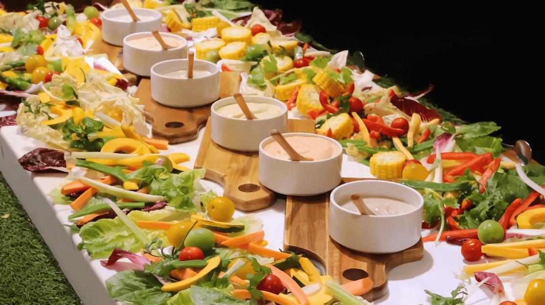 社内打ち上げパーティーでの、野菜料理中心のケータリング活用事例